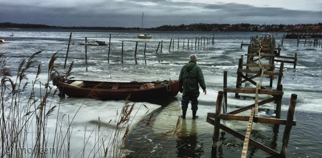 Utålmodigt står han og venter på en isflage så, han kan komme på fjorden og fiske igen