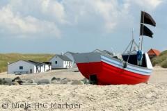 Ved det lille fiskerleje i Stenbjerg, trækker man stadig bådene op på land.