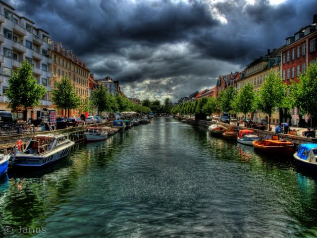 Man mærker historien fra det tidlige 1600 da Christian IV byggede Christians havn. Det er et af min favoritsteder i København.