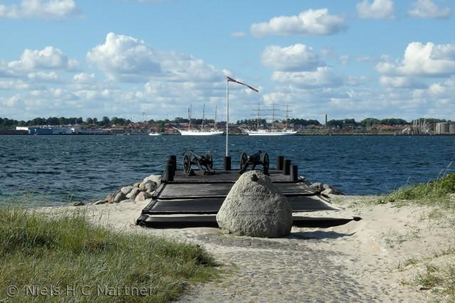 Det gamle færgeleje i Strib, hvor fra færgen sejlede til Fredericia indtil 1970. Nu med kanoner og mindesten.