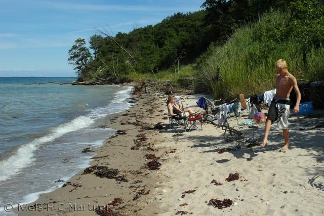 På stranden ved Røjle Klint, kan man nemt finde et hyggeligt sted at være, på en dejlig en sommerdag.
