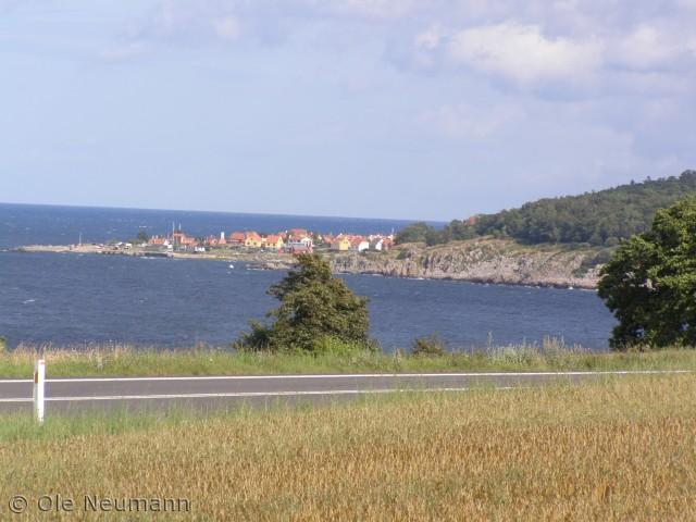 På een af vores skønne ture rundt på Bornholm, fandt vi denne skønne udsigt til Gudhjem. Det er ikke til at tro, at det er en del af Danmark