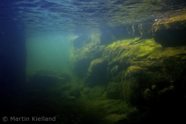 At snorkle langs klipperne og ind i grotterne ved Hammeren er helt fantastisk. Lyset i grotterne er helt specielt og i vandet svømmer, pighvar, tobiser, havørreder og hornfisk.