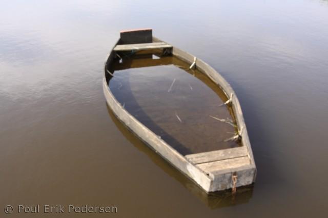 Selv pramdragerens redningsbåd sank.