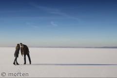 Kyssende par på isen ved Bolund, Roskilde fjord