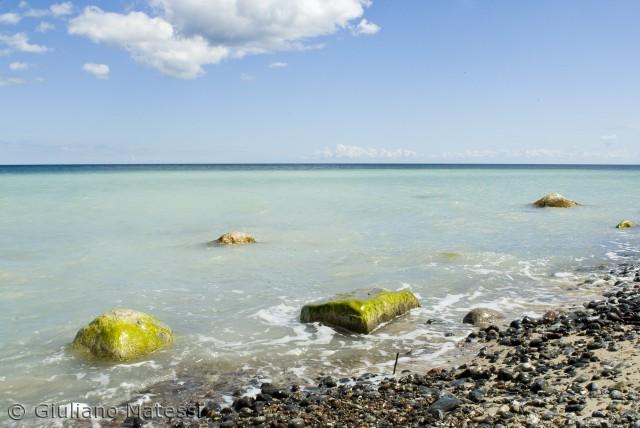 Er vi på en tropisk strand ved Caribien? Stranden under Møns Klint på en solskinsdag kan god give denne fornemmelse.