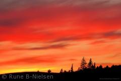 Solen er netop forsvundet under horisonten og nu begynder et idyllisk farvespil over Odense/Faaborgvej. Sommer 2012. RuneNielsen@live.dk