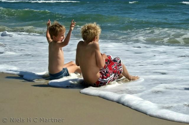 Det behøver ikke at koste mange penge for at børnene skal have det sjovt. En dag på stranden ved Vesterhavet kan også gøre det.