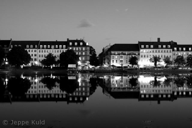 Flot spejling ved søerne en rolig nat.