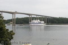 Færgen fra Ærø passere broen mellem Tåsinge og Svendborg
