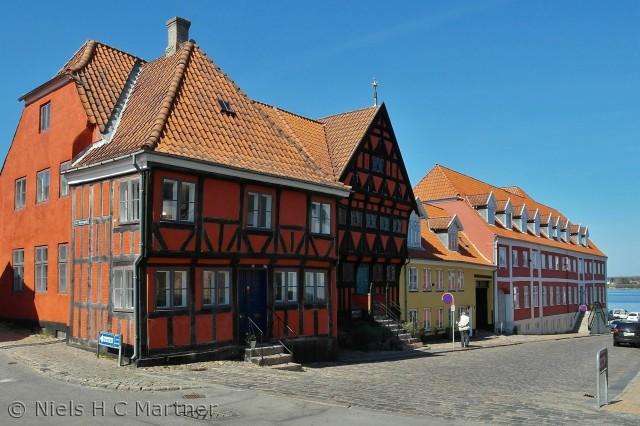 En af de gamle gader i Middelfart, med byens ældste hus, som nu er museum.