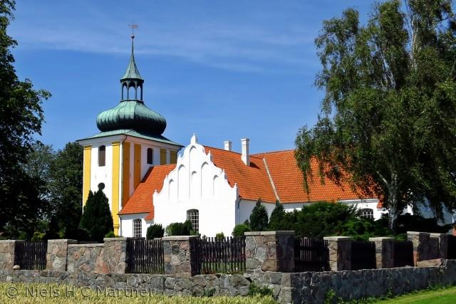 Der er mange smukke kirker på Nordvestfyn. Her er det Husby kirke ved Middelfart i sommeren 2012.
