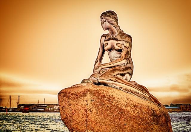 Der finde så mange almindelige billeder af Den lille havfrue.  Men i og med hun er nr et som tourist mål fortjerne hun jo en guldmedalje og derfor har jeg lavet et guld portræt af hende
