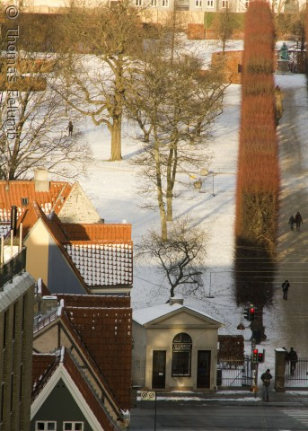 Gothersgade og indgangen til Kongens Have, der står i flotte vinterfarver under aftensolen. Fotograferet af Thomas Felumb 6. januar 2012.