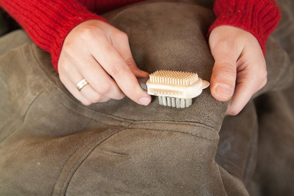 1. Как у профессионалов Многие известные фирмы производят специальные спреи или кремы для чистки дублёнок