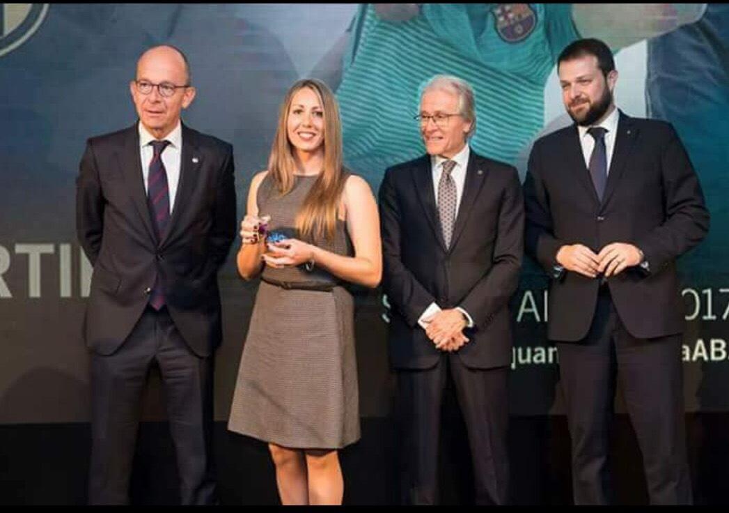 Cris Jiménez rep el premi a la màxima golejadora de l'Agrupació Barça Jugadors