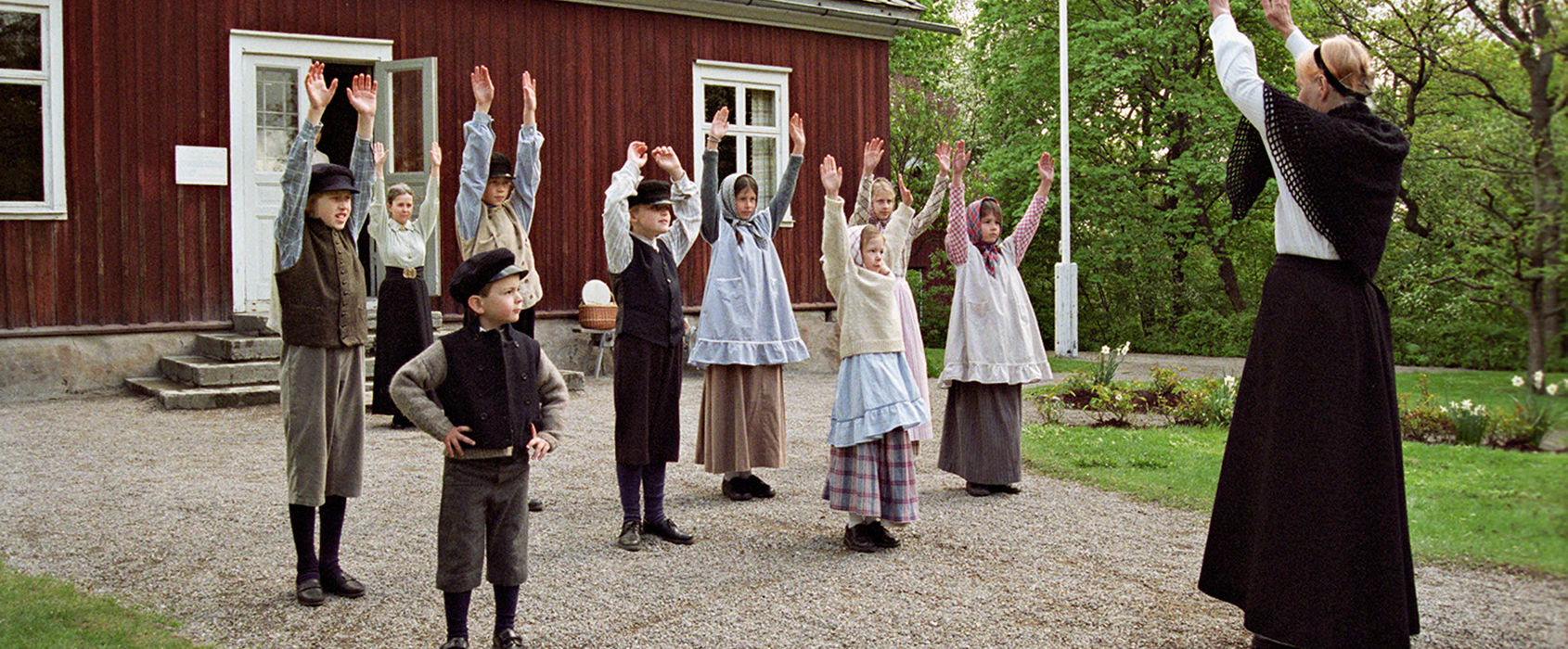 Barn på skolgården utanför Väla skola på Skansen