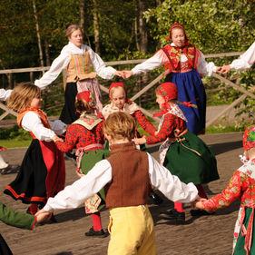 Dansande barn i folkdräkter