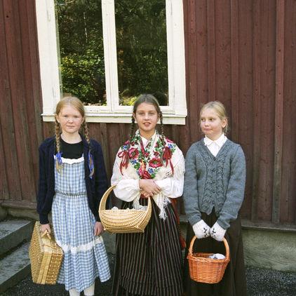 Barn utanför Väla skola på Skansen