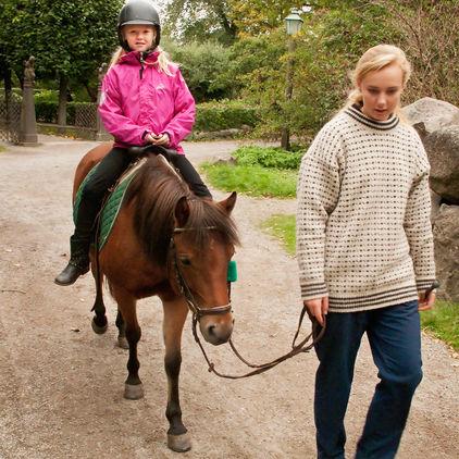 Flicka rider på ponny, Skansen