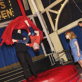 Barn gör cirkuskonster