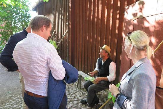 Trädgårdsmästare med grupp på Skansen