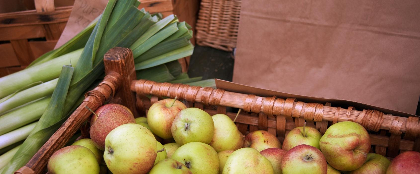 En korg med äpplen