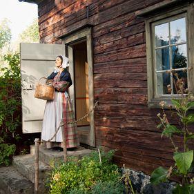 En kvinna står på trappen till Boktryckarbostaden