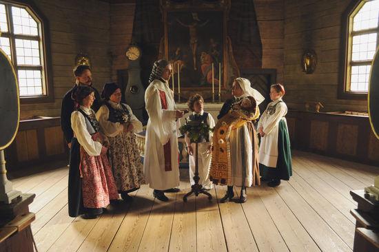 Dop i Seglora kyrka. Samtliga närvarande är klädda i kulturhistoriska dräkter.