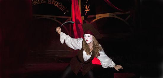En cikusartist utklädd till pirat