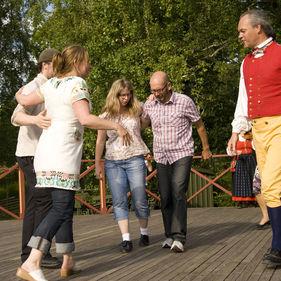 Publik lär sig gammeldans på Skansen