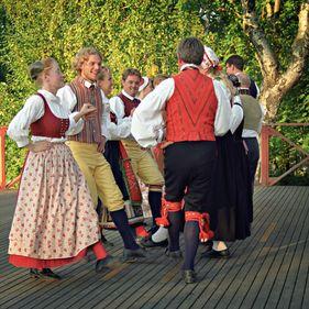 Folkdans i folkdräkter