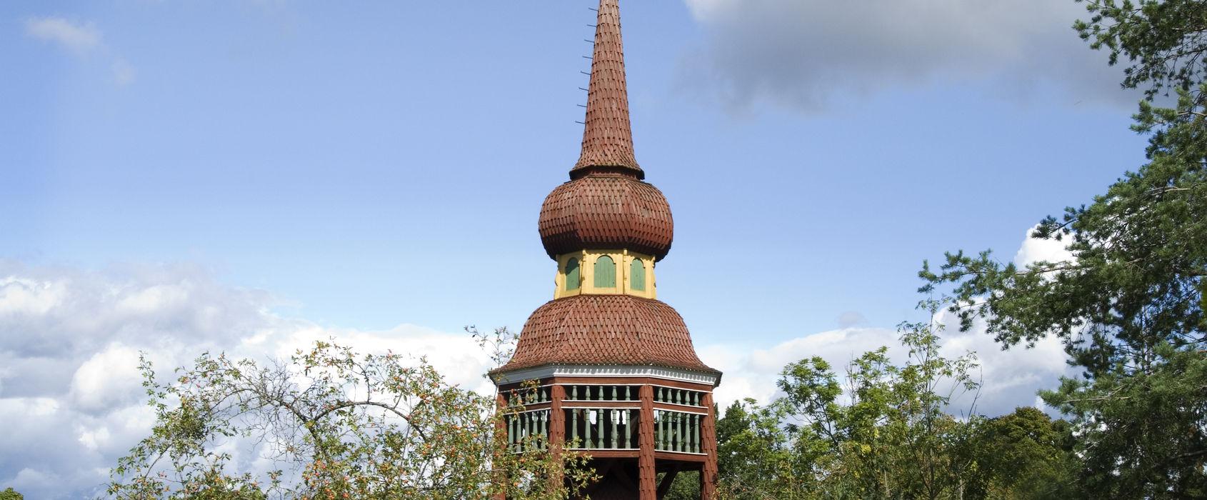 Håsjöstapeln. Från medeltiden och fram till 1700-talet hade de flesta svenska kyrkor fristående klockstaplar. Då började myndigheterna propagera för att man skulle bygga kyrktorn istället för att spara på virket. Håsjöstapeln är en kopia av en drygt 21 meter hög klockstapel som finns vid Håsjö kyrka i Jämtland. Den uppfördes på Skansen 1892.
