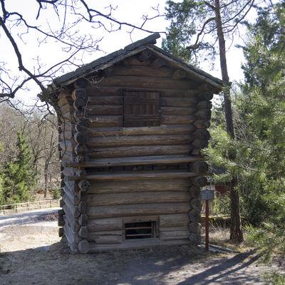 Kölnan. En liten timmerbyggnad med loft. En kölna är en byggnad som användes till att torka korn till malt för ölbryggning. Det fuktiga kornet som börjat gro torkades i övervåningen av värmen från en gråstensugn i bottenvåningen. Den här kölnan kommer från Värmland.