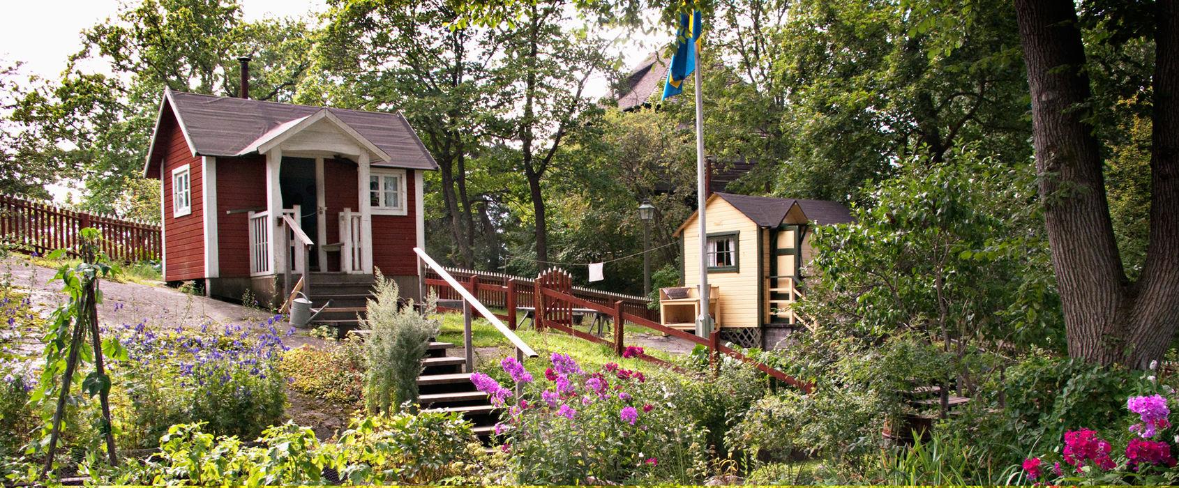 Kolonistugorna på Skansen. De två kolonistugorna på Skansen flyttades hit från södra Tantolunden på Södermalm i Stockholm 1997. Den röda representerar 1920-talet och den gula 1940-talet. Båda stugorna omges av vackra trädgårdar med både nyttoväxter och blommor.