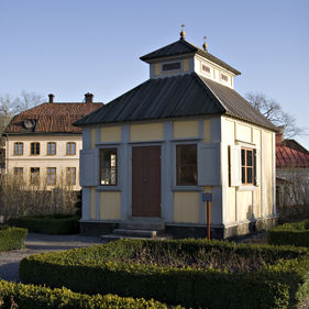 Swedenborgs lusthus. Det här lusthuset ägdes av den berömde filosofen och naturforskaren Emanuel Swedenbord (1688-1772). Det låg på hans malmgård på Hornsgatan och hit drog han sig tillbaka för studier och andliga övningar. Lusthuset innehåller möbler från Swedenborgs tid och en liten orgel som tillhört honom.