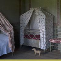 Barnkammaren i Skogaholms herrgård. Barnkammaren har gustaviansk inredningsstil med 1700-talssängar med omhängen av dyrbart tryckt bomullstyg, kattun.