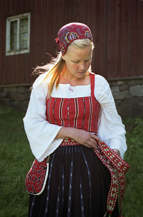 Kvinna i folkdräkt med tillhörande kjolsäck