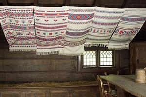 Hängkläden i Kyrkhultsstugan. Under 1700- och 1800-talet smyckades bostadshusen i södra Sverige med textila hängkläden vid högtider. Kopior i Kyrkhultsstugan från Blekinge visar bonadernas utseende då de var nya och oblekta.