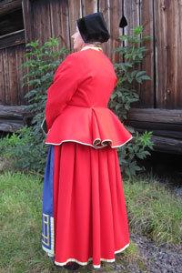 Kvinnodräkt från Toarp i Västergötland. Här med tröja och det ålderdomliga raskförklädet och stopamössan.