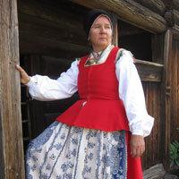 Kvinnodräkt från Toarp i Västergötland. Här utan tröja och med kattunsförkläde.