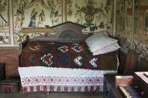 Säng i Delsbogården. Gårdarnas rikedom och sociala status manifesterades i de rikt uppbäddade sängarna i Delsbogården från 1850-talets Hälsingland.