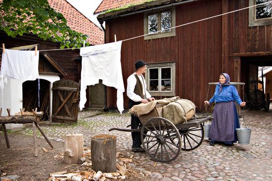 Samtal mellan en kvinna och en man i stadskvarteren på Skansen.