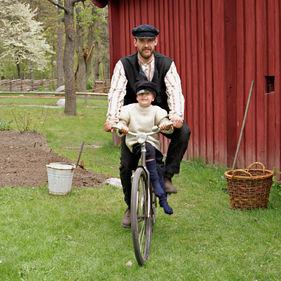 Man och pojke på cykel