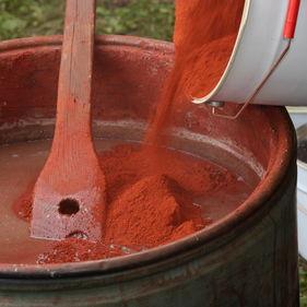 Rödfärgen blandas på Skansen