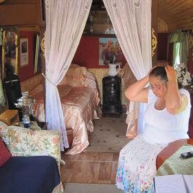 Romsk kvinna i husvagn