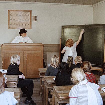 I skolsalen i Väla skola på Skansen