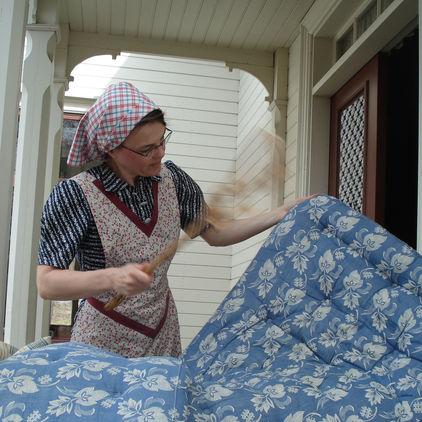 Kvinna piskar madrass