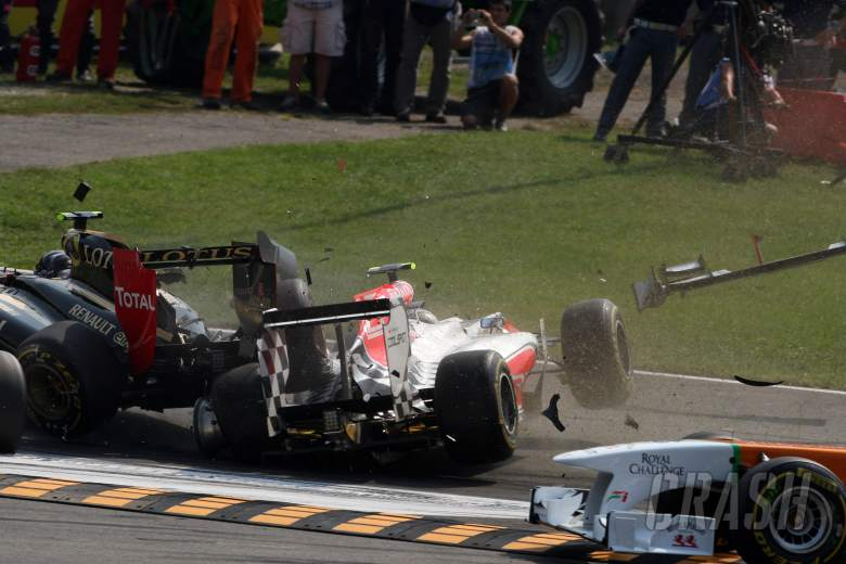 11.09.2011- Race, Crash, Vitantonio Liuzzi (ITA), HRT Formula One Team and Vitaly Petrov (RUS), Lotu