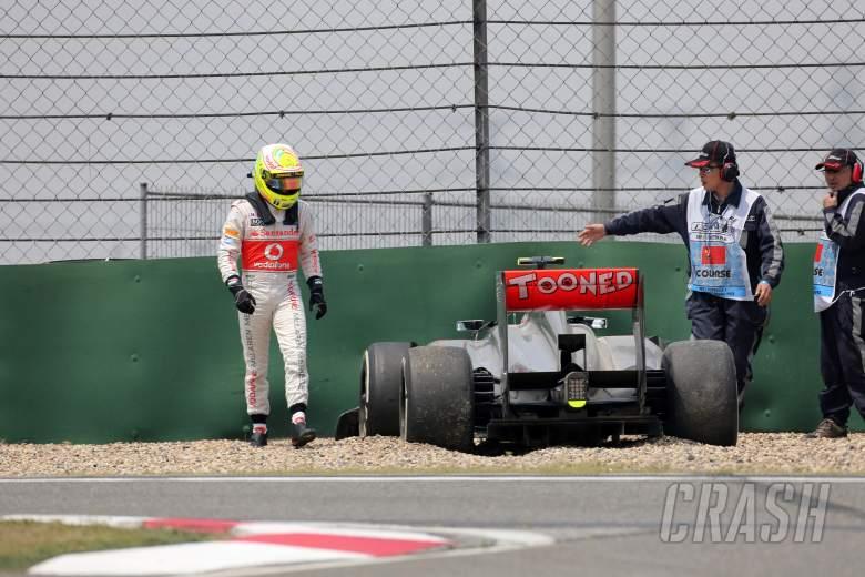 12.04.2013- Free Practice 1, Crash, Sergio Perez (MEX) McLaren MP4-28